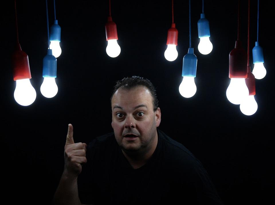 Muž, žiarovky