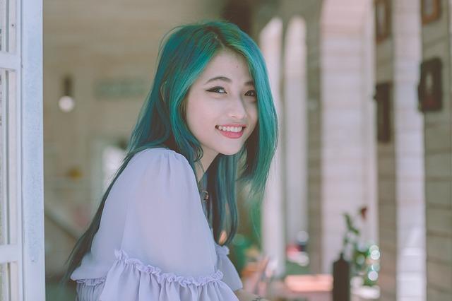 dívka se zelenými vlasy