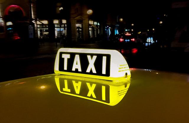 Rozsvietený nápis taxi na aute.jpg