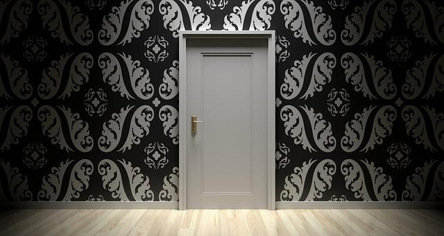 Zatvorené biele dvere