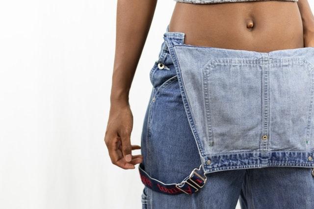 Žena v džínsoch s odhalením štíhlym bruchom