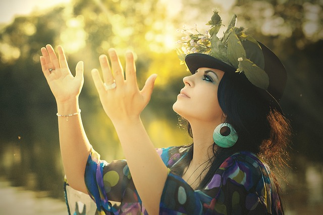 Žena vo farebných šatách a klobúku.jpg