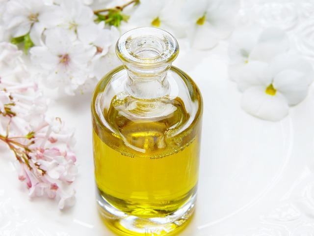 Žltý olej v sklenenej fľaštičke.jpg