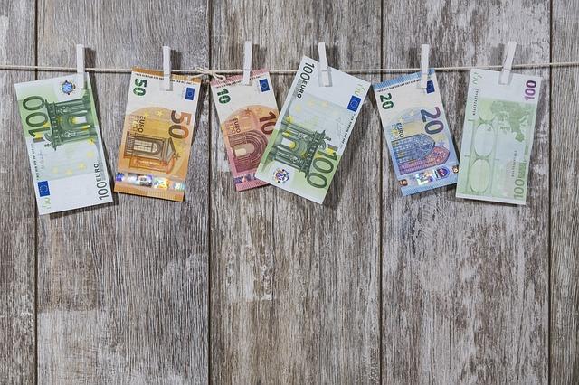 peniaze zavesené na šnúre.jpg