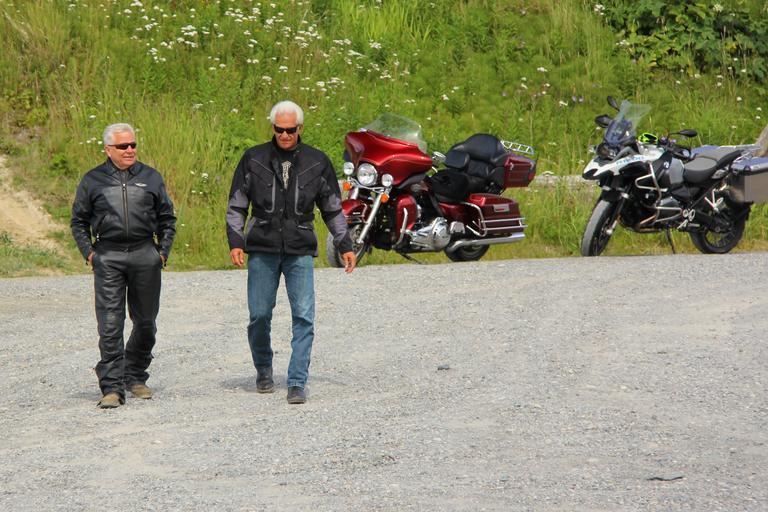 Príroda, dvaja starší motorkári.jpg