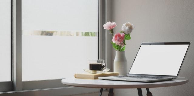 Biely stolík pri veľkom okne