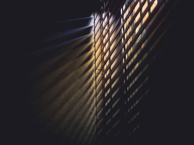 Okno so zatiahnutou žalúziou