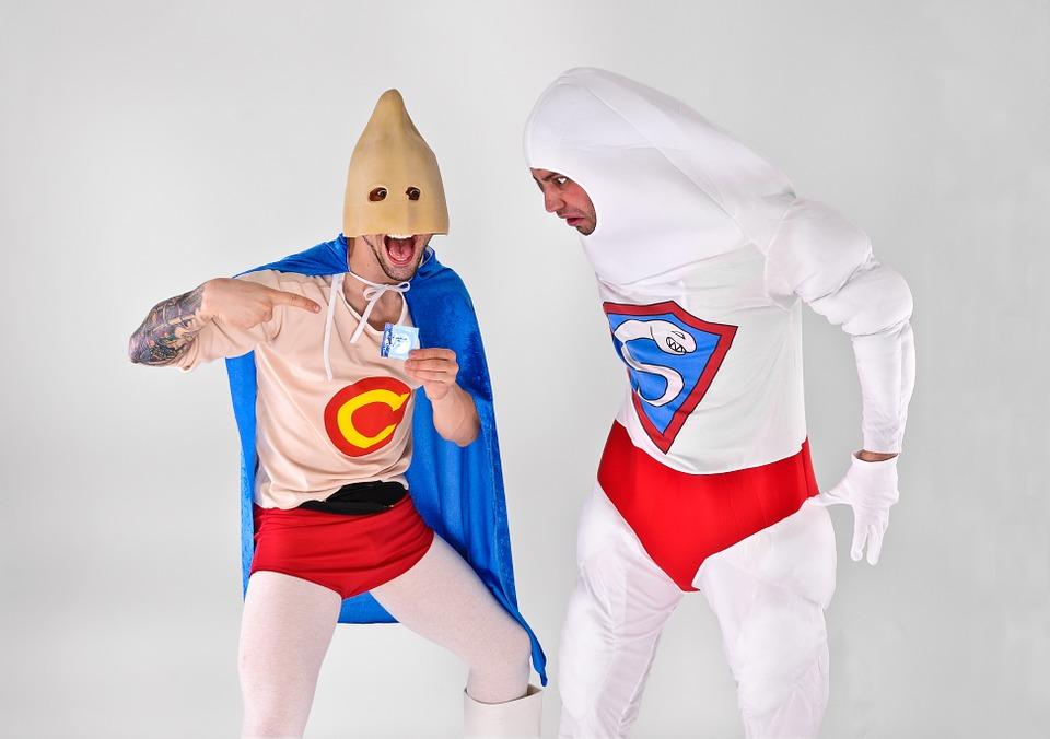 muži v kostýmoch